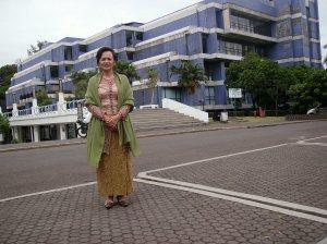 Mama Ditta nampang di depan Perpus ITB