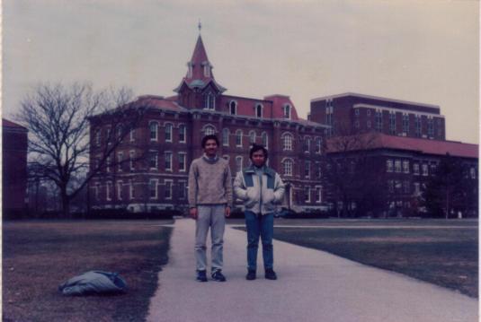 Tri Djoko dan Yaya di depan gedung Rektorat Purdue University