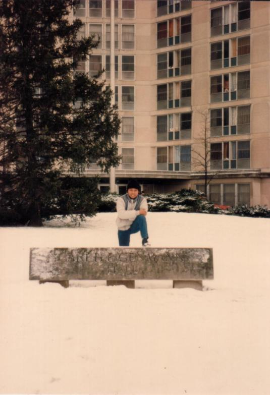 Tri Djoko di depan salju Eigenmann Hall (Jan 1987)