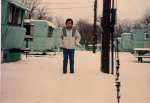Saya di depan trailer Pak Amin yang sedang diguyur salju (Jan 1987)
